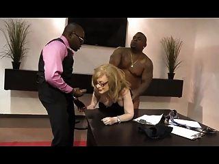 व्यापार औरत नीना हार्टले और बीबीसी सूट में