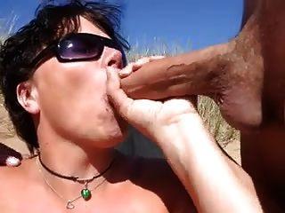नग्न समुद्र तट - दो यूके फेशियल के साथ डबल blowjob