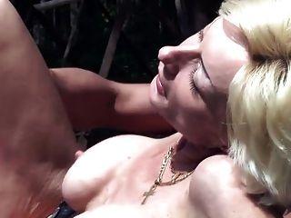 सींग दादी उसे उसके नए स्तन परीक्षण करने देता है