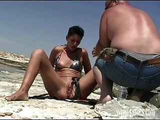 शौकिया पत्नी मुट्ठी समुद्र तट पर गड़बड़