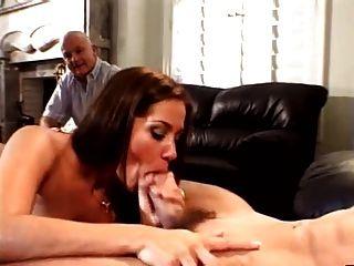 पति ने उसे मोरक्को के प्रेमी के साथ पत्नी को देखने के लिए प्यार करता है