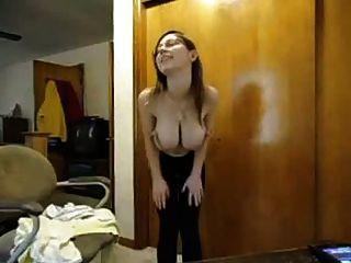 बिग तैसा शौकिया स्ट्रिप्स और उसके स्तन पर लोशन डालता है