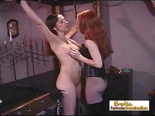 गुलाम लड़कियों mistresses की तरह अभिनय के लिए दंडित हो