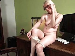 एक मेज पर परिपक्व गोरा एकल हस्तमैथुन