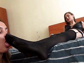 रूसी मालकिन उपयोग लेस्बियन पैर दास