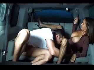 एक कार में गर्म busty पत्नी handjob