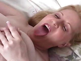 महिला एक गाय की तरह दुहना