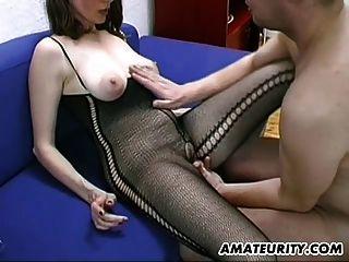 सेक्सी और बालों शौकिया milf blowjob, titjob और स्तन पर सह