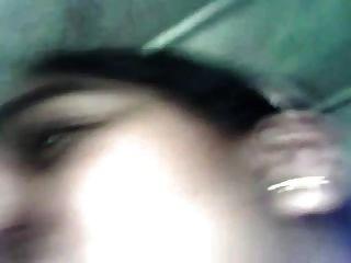 कार में स्तन चूसने
