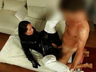 चमकदार काले रंग की Catsuit में सेक्सी