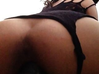 सेक्सी लैटिना एक विशाल dildo fucks