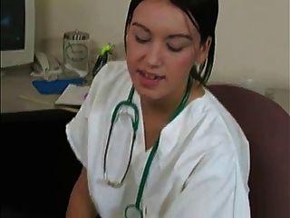 महिला चिकित्सक शुक्राणु नमूना और रोगी WF से स्वाद हो जाता है