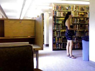 बालों बेवकूफ पुस्तकालय में नग्न हो रही है