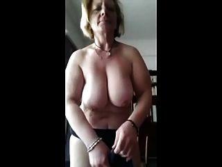 चंचल परिपक्व महिला कैम पर मेरे लिए स्ट्रिप्स।