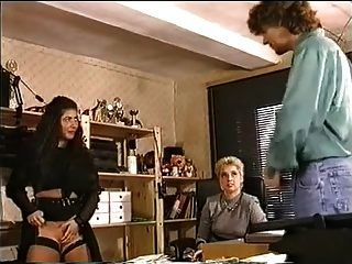 कार्यालय में एक बड़े स्तन lesbo fisting और गुदा मैथुन कोशिश