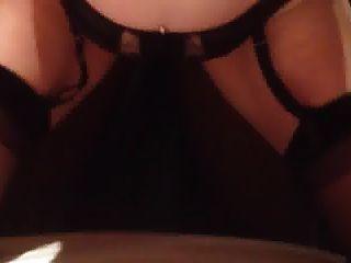 सेक्सी पत्नी के पीछे से डिक लेता है