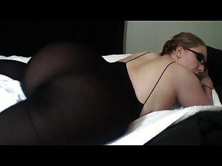चश्मे में गर्म औरत उसे महान पिछवाड़े से पता चलता