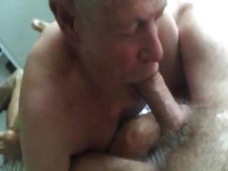 दादा बेकार है और बालों वाले पेट से सह खाने