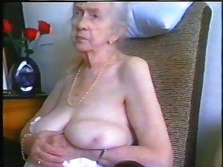 भूरे बालों और अच्छा स्तन के साथ नानी