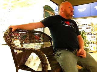 दुकान में मुर्गा