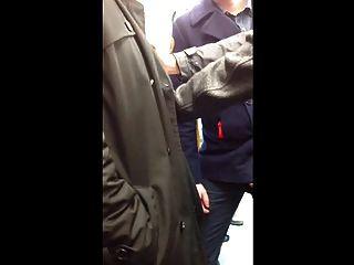 Str8 आदमी बाहर पॉप मेट्रो में अपने उपकरण