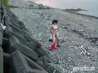 शौकिया पत्नी सड़क पर एक विशाल सड़क शंकु fucks