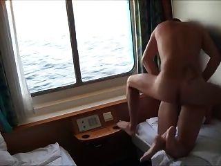 कुत्ता एमआईएलए GF कमबख्त और उसके क्रूज जहाज पर एक चेहरे दे