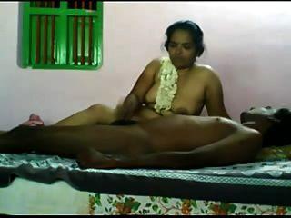 चाची स्तन खिला डिक के साथ खेल रहे हैं