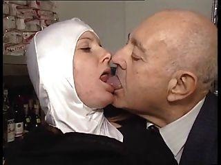 गर्म शरीर नन विकृत बूढ़े आदमी द्वारा fondled हो जाता है!