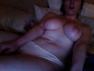 गांठदार अश्लील देख रहा है और हस्तमैथुन