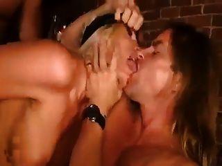 पत्नी आश्चर्य MMF आंखों पर पट्टी