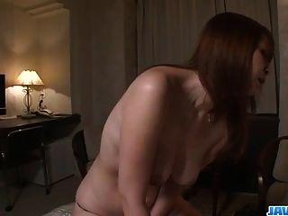 एक कठिन बकवास के लिए Araki Hitomi Busty milf Craves