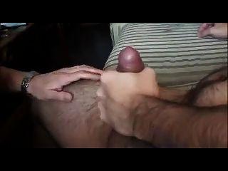 युवा मुर्गा पर बूढ़े आदमी चूसने
