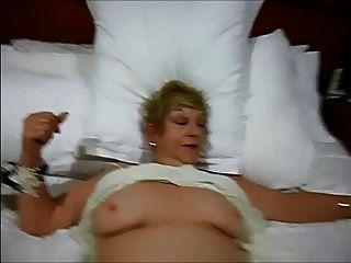 दादी अभी भी उसकी योनी के साथ खेलने के लिए और झटका नौकरी देने के लिए प्यार करता है
