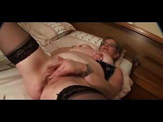 चश्मा और मोज़ा (बिग निपल्स) masturbates में दादी