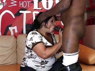 वास्तविक परिपक्व माँ कमबख्त और उसके काले प्रेमी चूसने