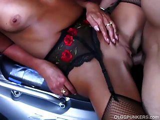 सेक्सी मोज़ा में सुपर प्यारा परिपक्व शहद एक बहुत गर्म बकवास है