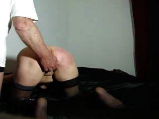 बेल्ट के साथ गुलाम पत्नी को दंडित