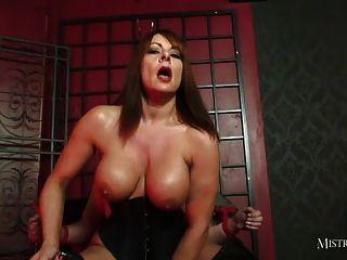 संचिका मालकिन गुलाम fucks और उसे gimps मुँह में सह बनाता है