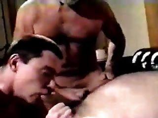 दो पुराने पुरुषों युवा शावक द्वारा pleasured हो