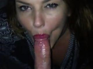 प्रेमिका ने मुझे अच्छा blowjob देता है और मैं उसकी जीभ पर गोली मार