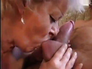 नानी एक बिल्ली एक बड़ा मुर्गा के साथ फैल रहा प्राप्त