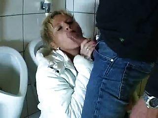 जर्मन परिपक्व बकवास चूसना करने के लिए बाथरूम में आता है और