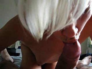 छोटे बालों वाली पत्नी चखने मुर्गा