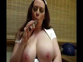 भारी स्तन उसे मुंडा बिल्ली toying के साथ गर्म नर्स