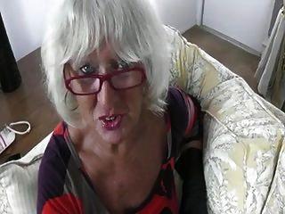 ग्रे दादी एक मुर्गा संभालती