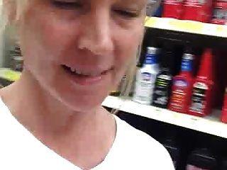 शरारती माँ स्थानीय दुकान पर उजागर