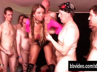 गैंगबैंग में Busty जर्मन वेश्या ले लंड