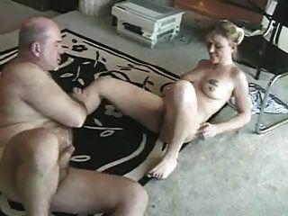 बूढ़े आदमी एक युवा लड़की करता है