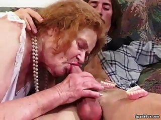 जबकि चूसने दादी उसके दांत खो देता है